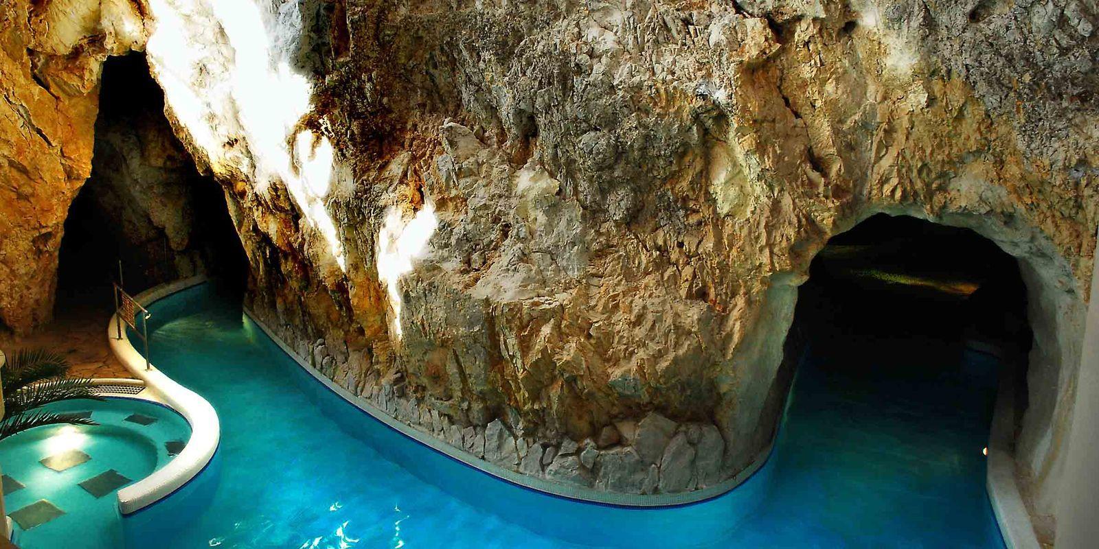 Пещерная термальная купальня в Мишкольц-Тапольце, Венгрия